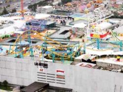 Gran inauguración del polémico parque de diversiones sobre una azotea