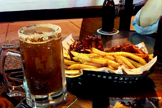 Papas y alitas en Wings Army